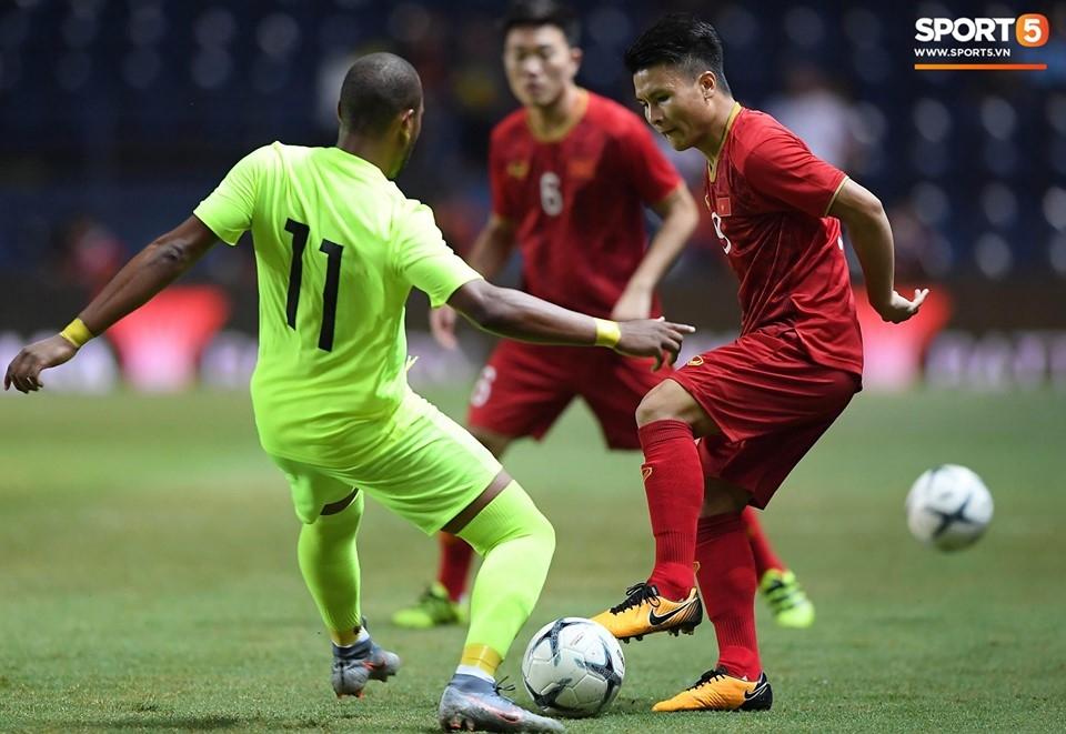 Các cầu thủ của đội tuyển Việt Nam cố gắng hết sức để dẫn đầu tỷ số trong hiệp 1 trận chung kết King's Cup 2019