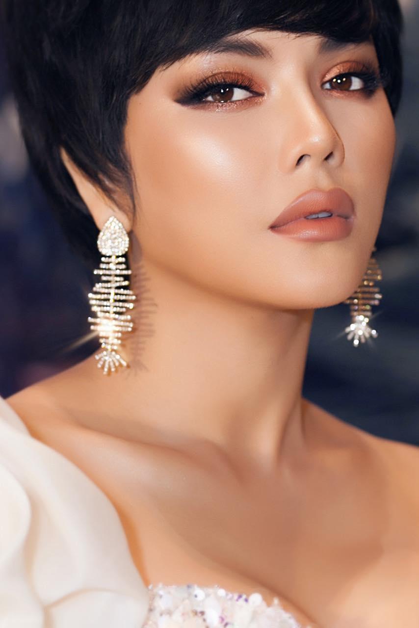 Lý Nhã Kỳ lạ lẫm với tóc mới, dàn mỹ nhân Việt