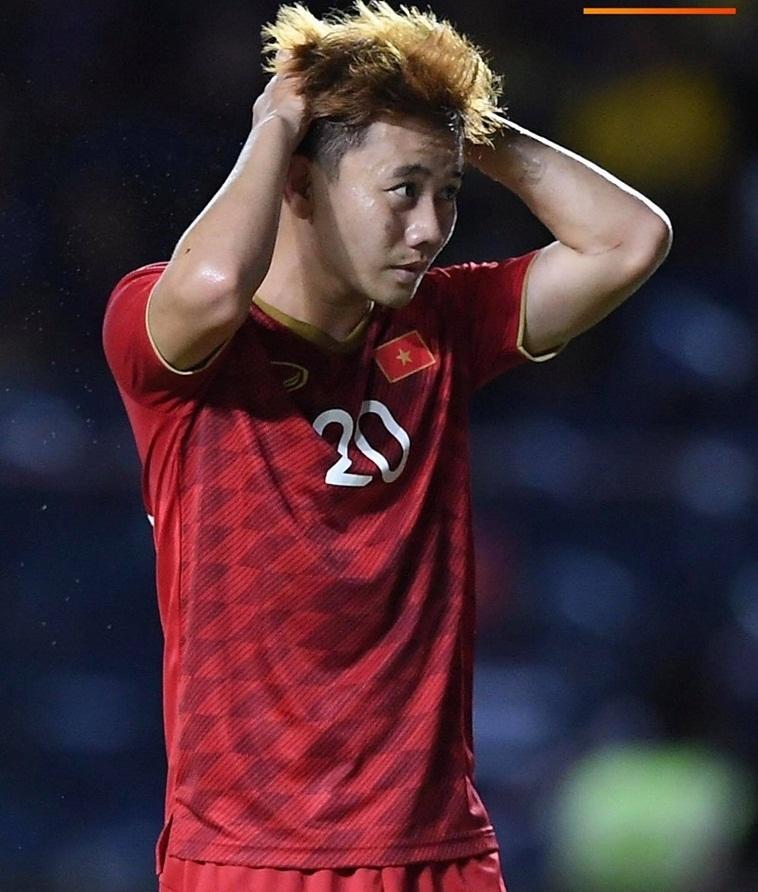 Vẻ mặt đầy tiếc nuối của Minh Vương khi bỏ lỡ cơ hội ghi bàn sau đường chuyền bóng cực đẹp. Minh Vương được đưa vào sân đầu hiệp 2 thay cho Xuân Trường.
