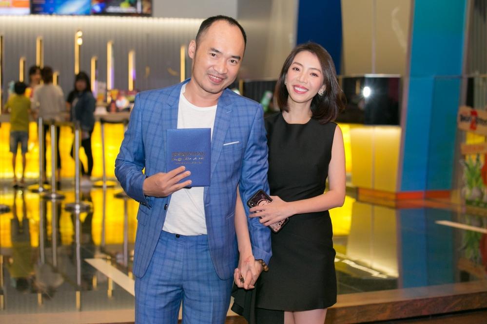 Vợ chồng Thu Trang - Tiến Luật tình tứ đi xem