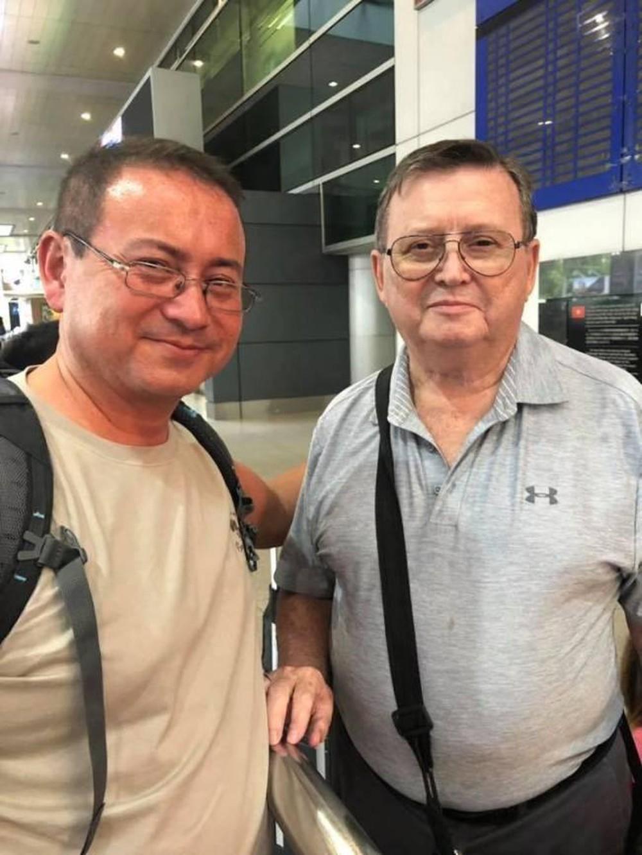 Hai cha con Eric hội ngộ tại Việt Nam sau nhiều năm xa cách.