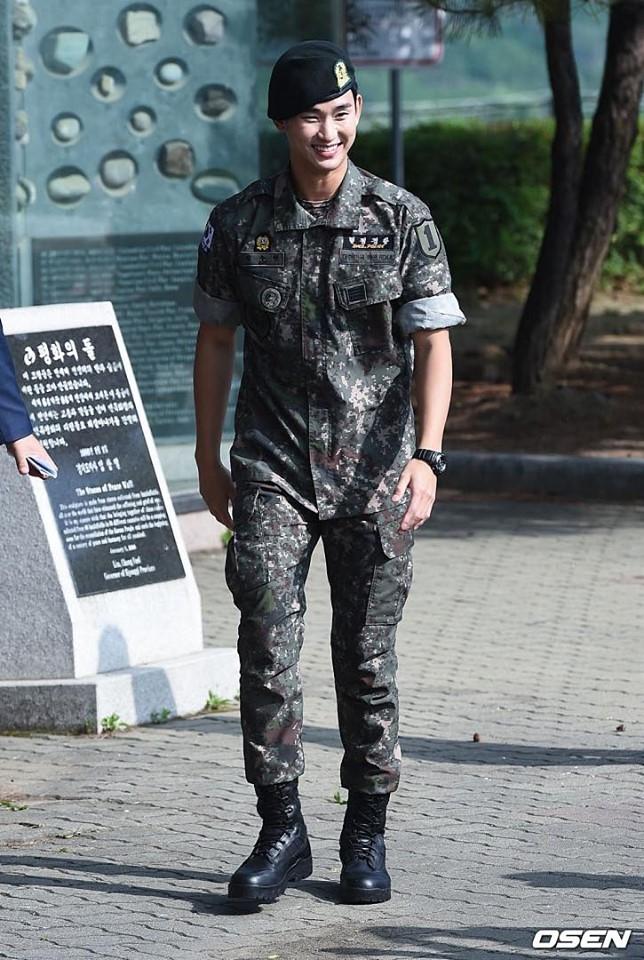 Kim Soo Huyn chính thức xuất ngũ, fan đứng chật kín hai bên đường mừng thần tượng comeback