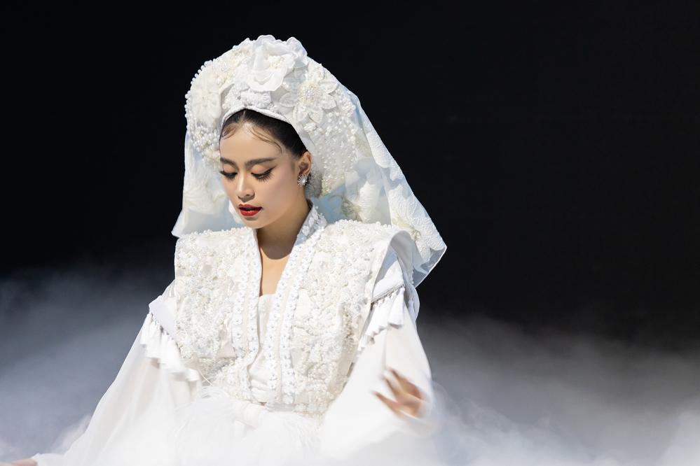 Chỉ diện duy nhất một bộ trang phục, Hoàng Thùy Linh vẫn đẹp đầy mê hoặc trong