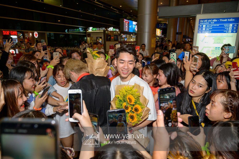Người hâm mộ vây kín sân bay đón chào Jack, K-ICM trở về sau chuyến lưu diễn Hàn Quốc