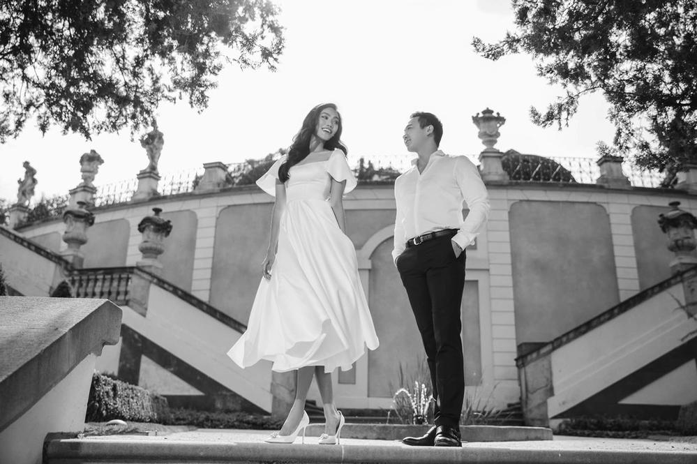 Dù chỉ đăng tải hình ảnh trắng đen nhưng sự tinh tế của chiếc váy kết hợp với chuyển động của Lan Khuê khiến khung cảnh càng thêm lãng mạn.