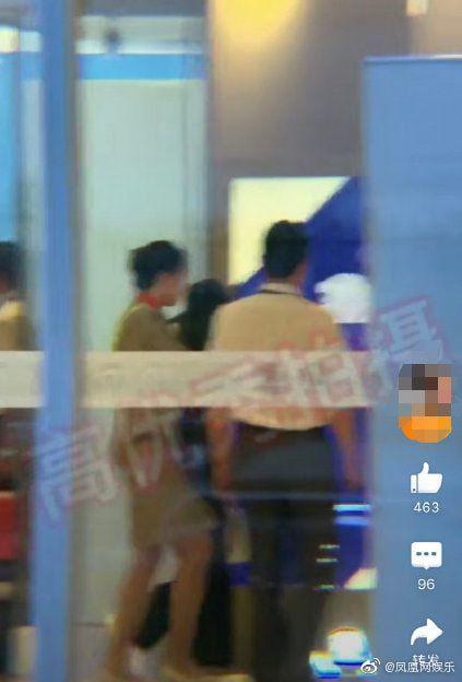 Đập tan tin đồn ly hôn, Phùng Thiệu Phong đón Triệu Lệ Dĩnh nắm tay cực tình cảm ở sân bay