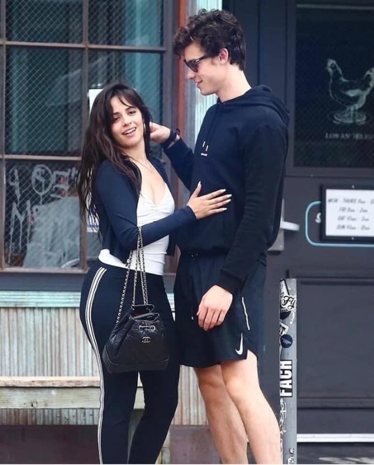 Shawn Mendes nắm tay Camila tình tứ nhân dịp sinh nhật: Còn gì tuyệt hơn bạn thân khác giới!