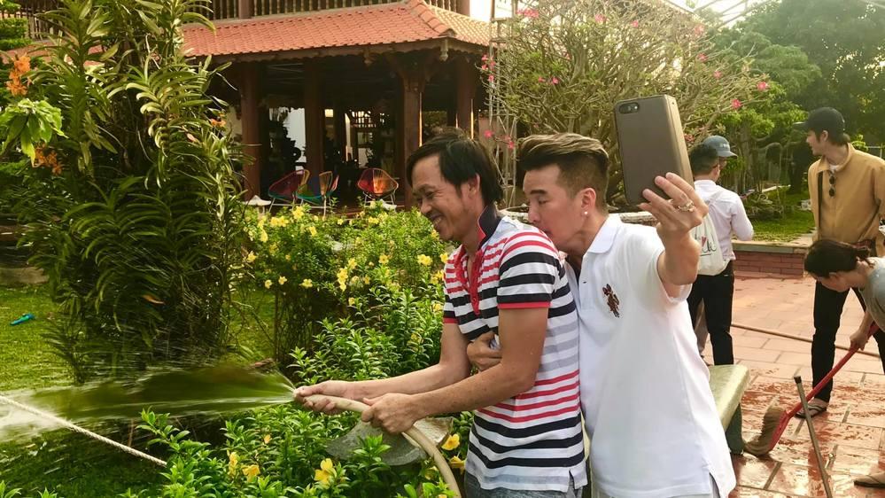 Đàm Vĩnh Hưng mang hai cây cảnh hình con công đi dâng Tổ nghề - Tin sao Viet - Tin tuc sao Viet - Scandal sao Viet - Tin tuc cua Sao - Tin cua Sao