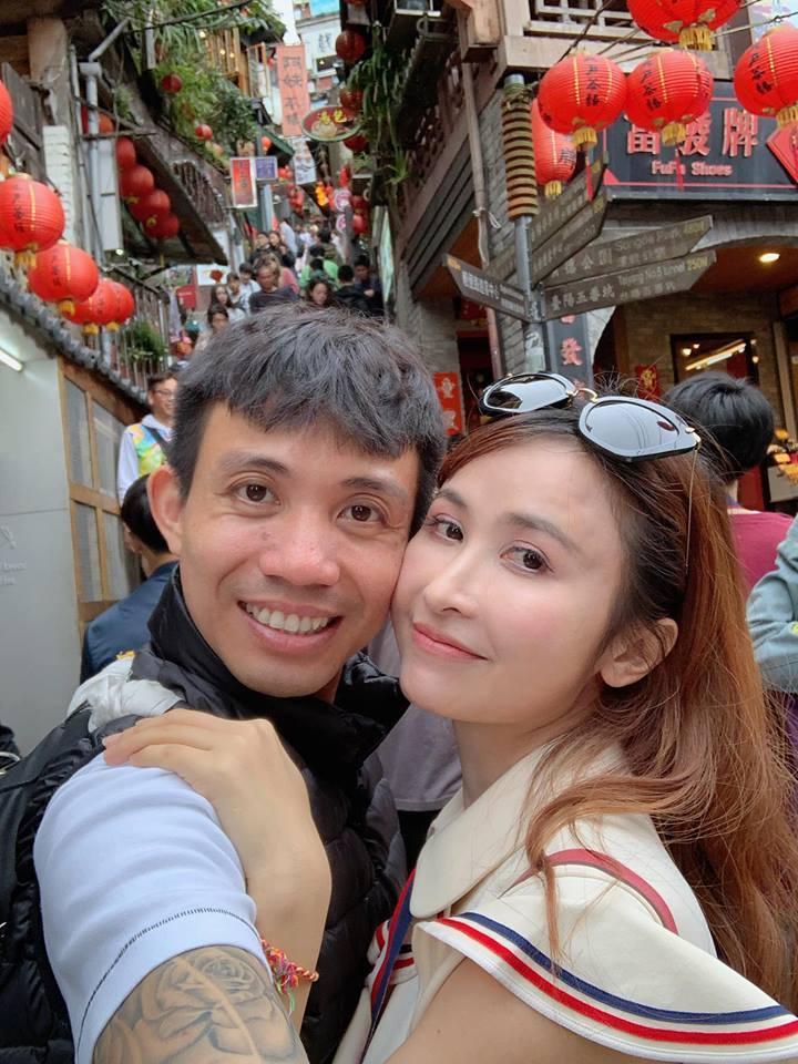 Hai vợ chồng thường thể hiện tình cảm trên mạng xã hội - Ảnh FBNV