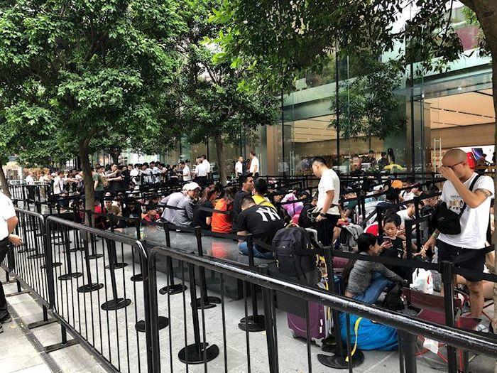 Rất nhiều người đã có mặt trước của Apple Store chờ đến giờ mở bán(Ảnh: Thành Phúc)