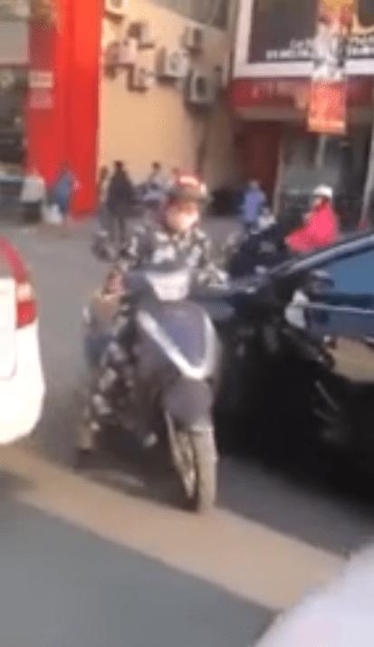 Người phụ nữ dừng xe giữa đường chỉ để cãi lý với tài xế ô tô (Ảnh chụp màn hình)