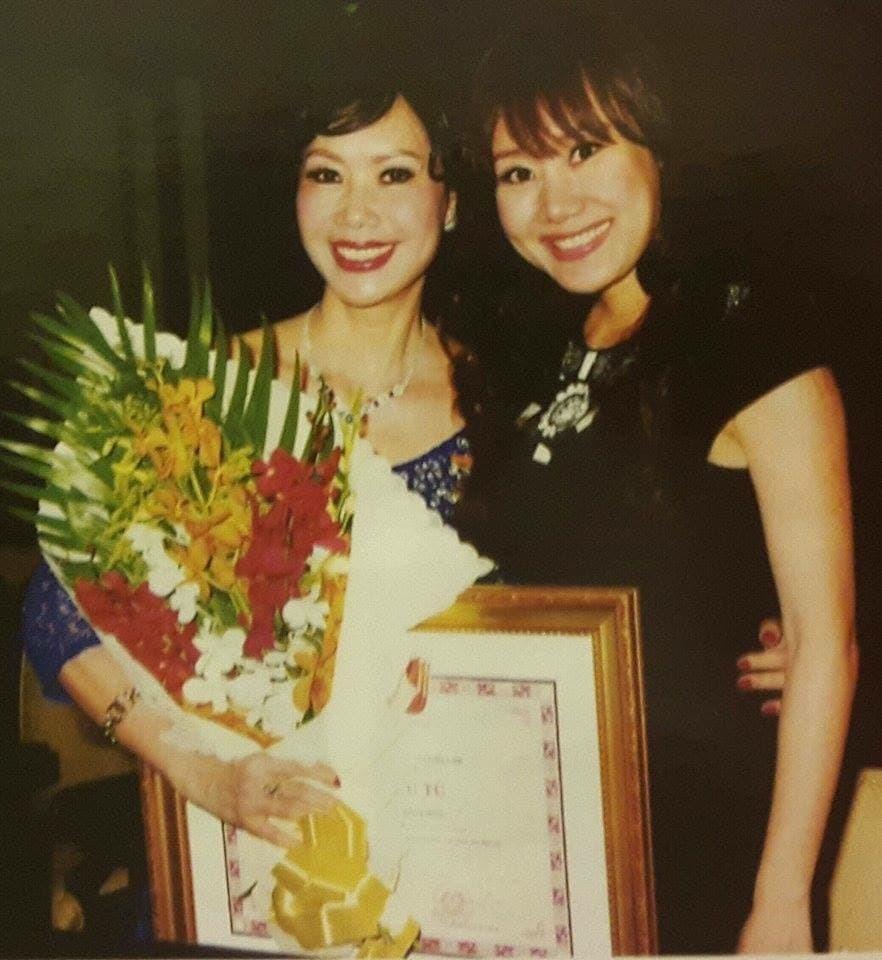 Thúy Hoa chụp ảnh cùng con gái khi bà nhận danh hiệu NSƯT. - Tin sao Viet - Tin tuc sao Viet - Scandal sao Viet - Tin tuc cua Sao - Tin cua Sao
