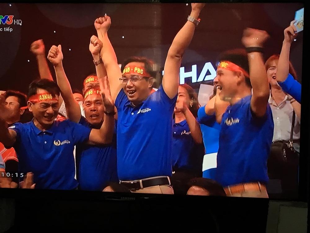 Các cổ động viên tại trường quay vui mừng trước chiến thắng của chàng học trò xứ Nghệ
