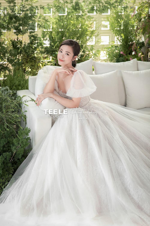 Được biết, trọn bộ ảnh cưới này Đông Nhi đã diện lần lượt 6 chiếc váy cưới xinh đẹp, trở nên sexy, gợi cảm có thiết kế tay ngắn bồng bềnh hơn trong chiếc đầm cắt táo bạo. - Tin sao Viet - Tin tuc sao Viet - Scandal sao Viet - Tin tuc cua Sao - Tin cua Sao
