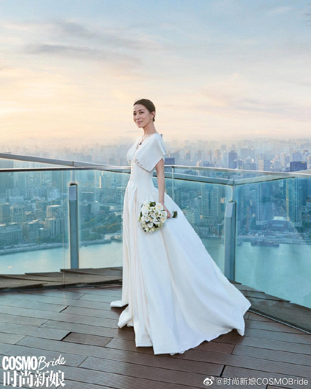 Mình thích thì mình mặc váy cưới thôi. (Ảnh: Weibo).