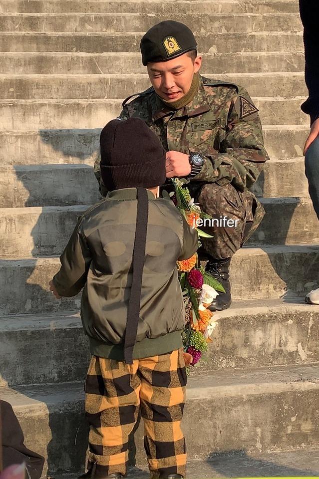 G-Dragon xuống tận nơi nhận hoa của một người hâm mộ. Cậu bé trong ảnh là con của một V.I.P.