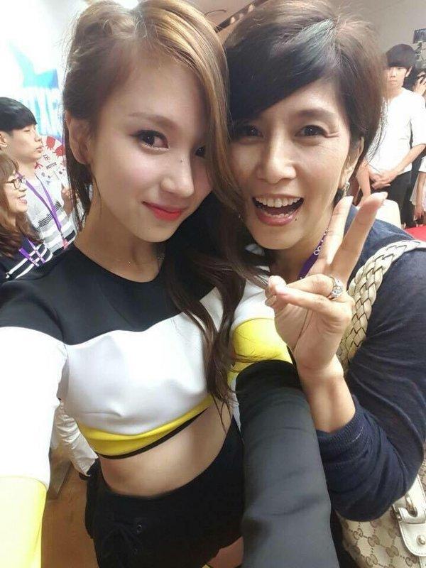 Mẹ của Mina khác xa với ảnh thời trẻ trong loạt hình được netizen truyền tay nhau. (Ảnh: Twitter).
