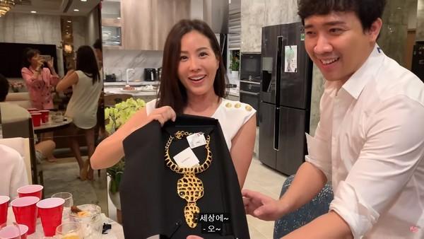 Hari Won số hưởng đi sinh nhật Thu Hoài được tặng ngược lại túi hiệu