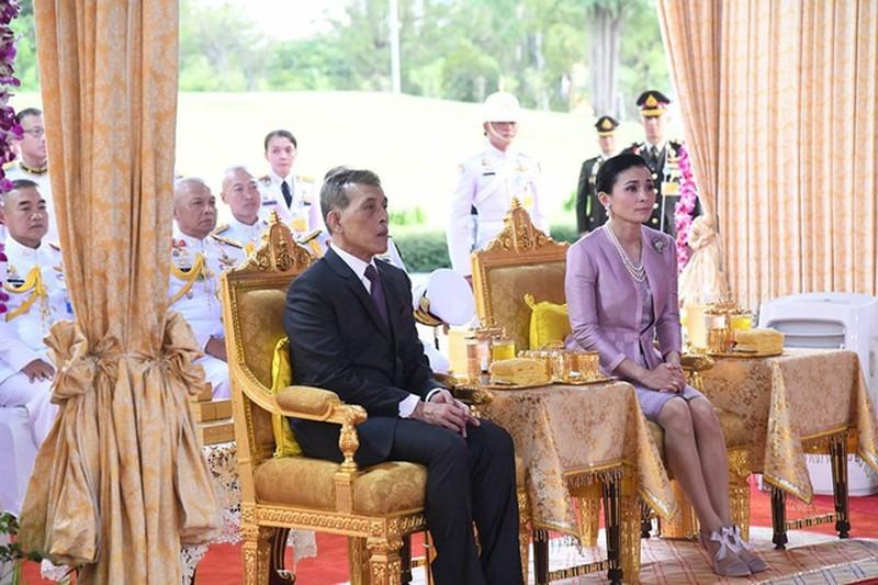 Hoàng hậu thường xuyên xuất hiện bên nhà Vua hơn ở thời điểm sau này. (Ảnh: FB).