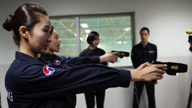 Với những hành khách có hành vi bạo lực, tiếp viên có thể sử dụng súng điện. (Ảnh: ACP)