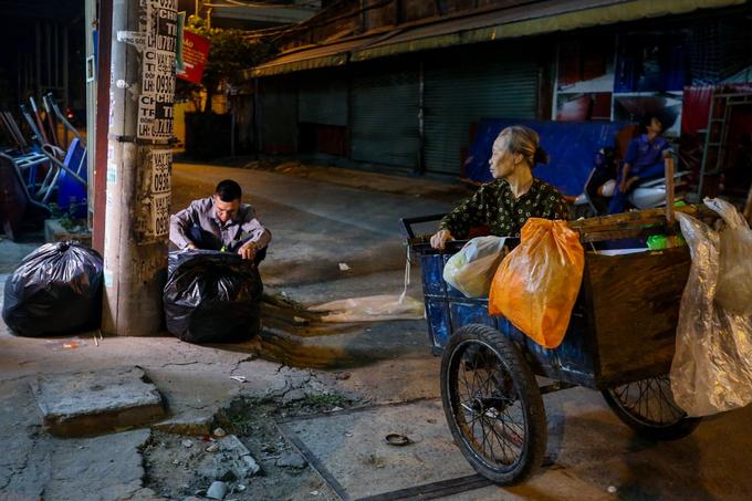 Người con trai hiếu thảo chở mẹ đi nhặt ve chai trong đêm