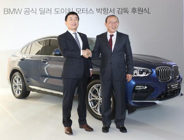 Công ty Hàn trao tặng xe cho Park Hang Seo. (Ảnh:AutoPro)
