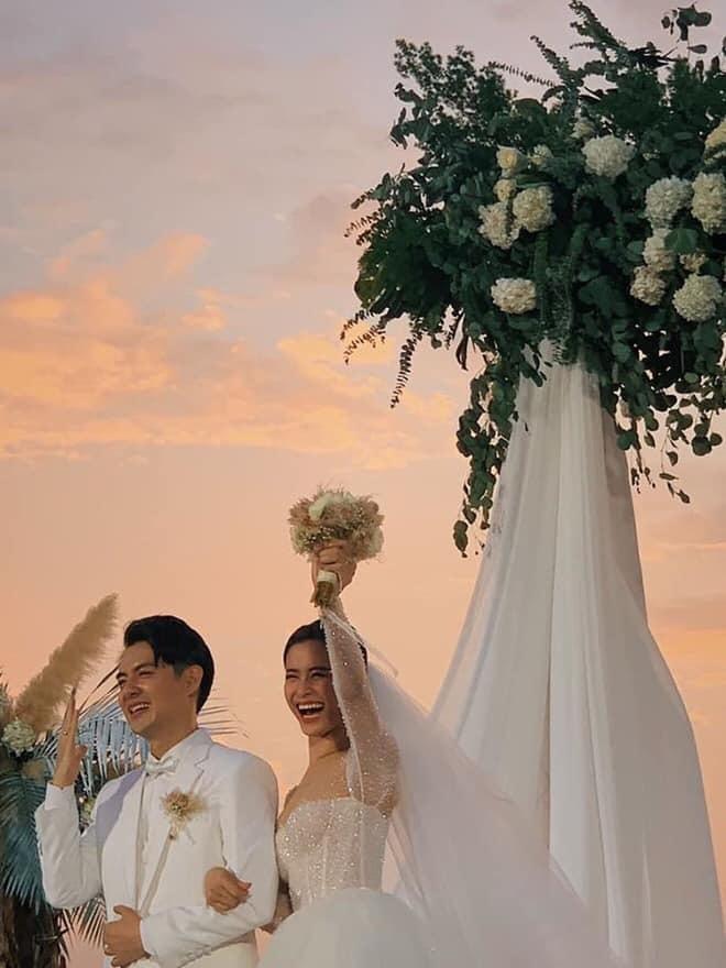 Không chỉ Đông Nhi, nhiều sao Việt cũng chọn váy cưới kiểu công chúa