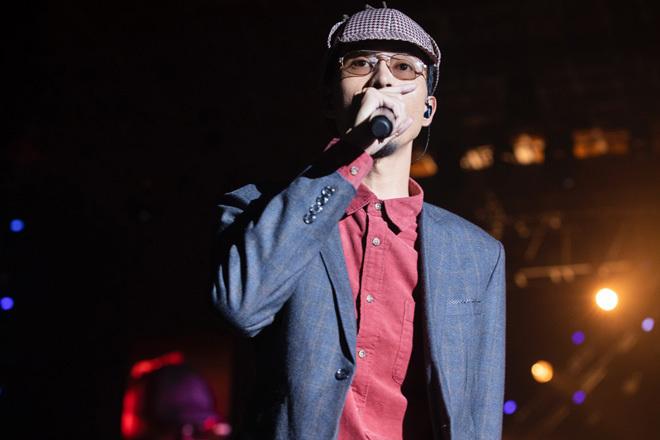 """Hơn 20 bài hát từ cũđến mớiđượcĐen Vâu mang lên sân khấu """"cháy"""" hết mình với khán giả.Ảnh: FB - Tin sao Viet - Tin tuc sao Viet - Scandal sao Viet - Tin tuc cua Sao - Tin cua Sao"""