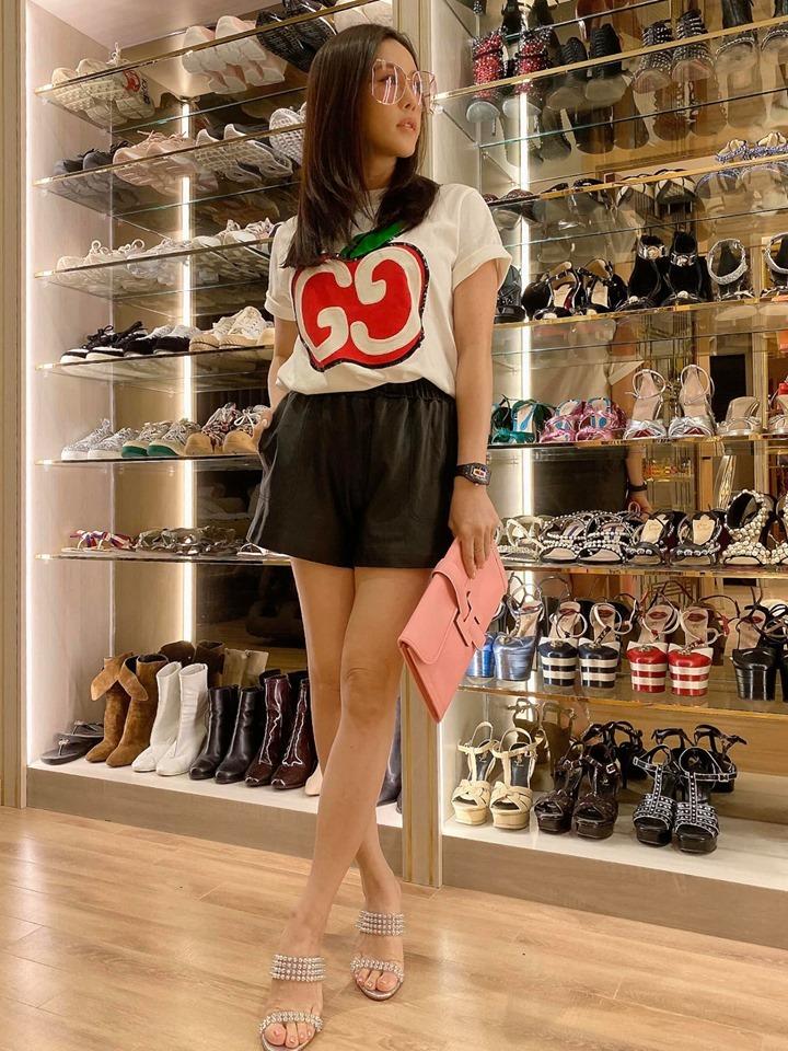 Hoa hậu Thu Hoài khoe BST giày hiệu khủng như cửa hàng