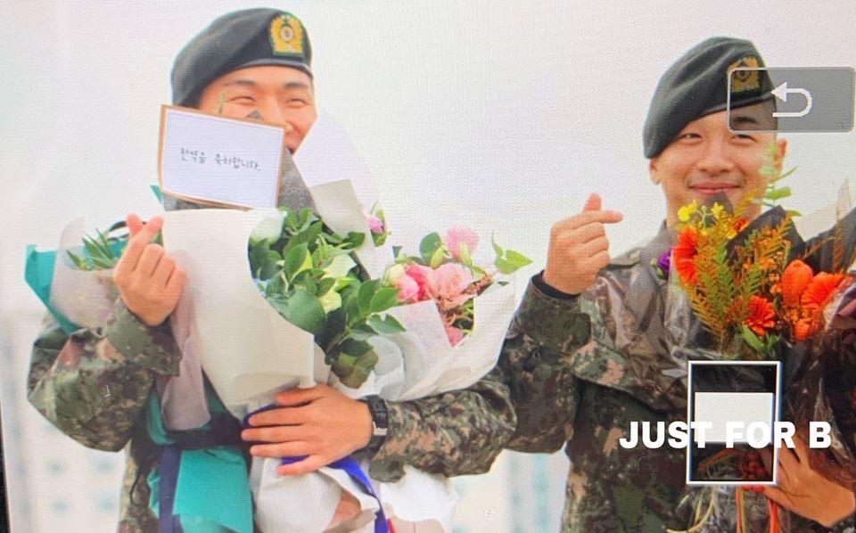 """Fan lên tặng hoa cho bộ đôi """"BaeDae"""". Taeyang sau đó đã """"rủ"""" Daesung tạo dáng chụp hình, còn bắn tin cho các V.I.P. Sự đáng yêu của hai chàng trai này sau gần 2 năm vẫn không hề thay đổi."""