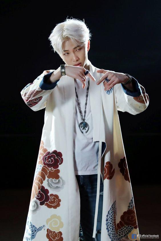 """RM cũng không """"ngán"""" khi có ýđáp lại thành viên của iKON. (Ảnh: Naver)."""