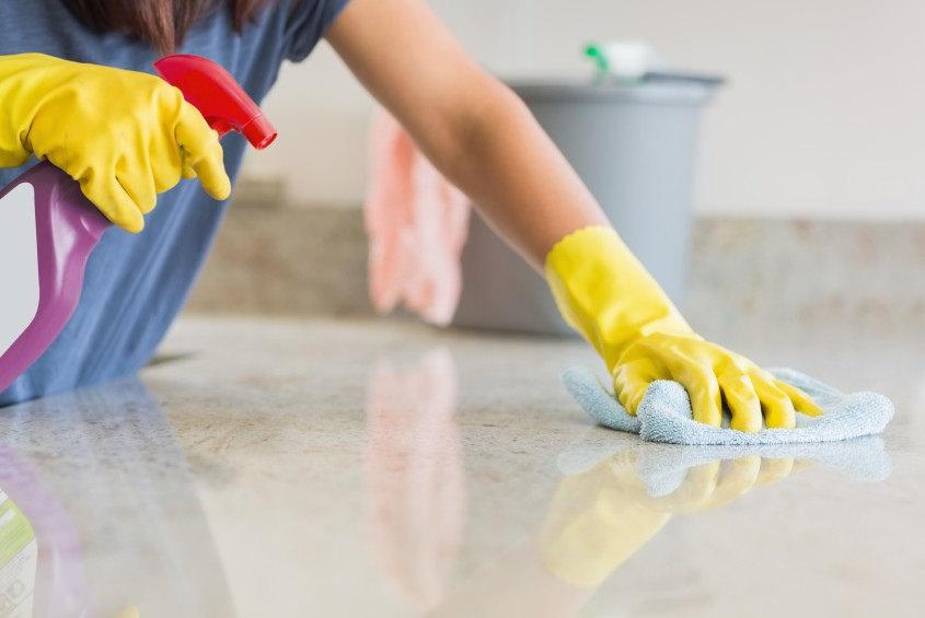 Một bà nội trợ thường dành hơn 10 tiếng/ngày để dọn dẹp nhà cửa. (Ảnh minh họa)
