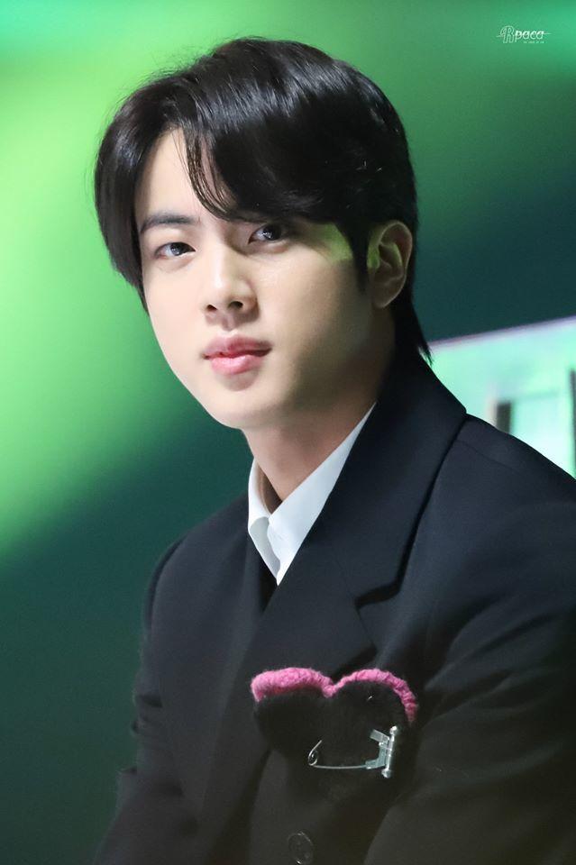 Từ những ngày đầu ra mắt, Jin gây chú ý vì nhan sắc nổi bật. (Ảnh: Twitter)