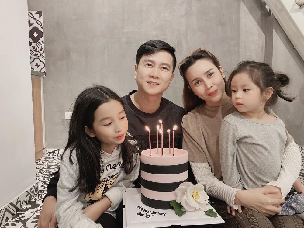 """Nam nhạc sĩ vui vẻ cười tươi bên vợ và hai con gái trong ngày sinh nhật, chiếc bánh có ghi dòng chữ: """"Happybirthday bố Tí"""". - Tin sao Viet - Tin tuc sao Viet - Scandal sao Viet - Tin tuc cua Sao - Tin cua Sao"""