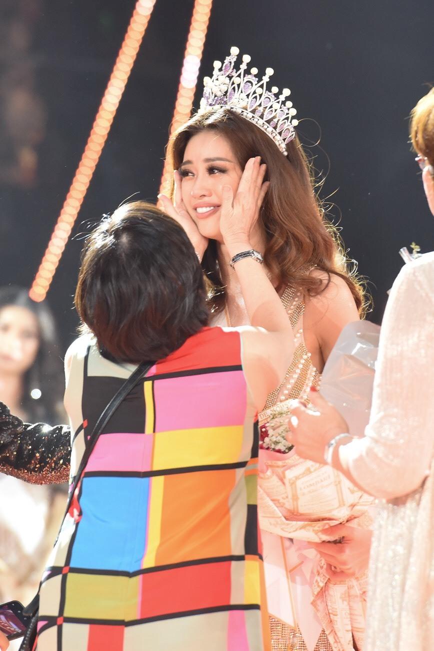 Bố mẹ Khánh Vân bật khóc khi chứng kiến con gái đăng quang Hoa hậu - Tin sao Viet - Tin tuc sao Viet - Scandal sao Viet - Tin tuc cua Sao - Tin cua Sao