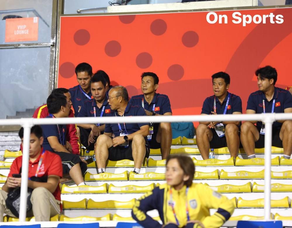 HLV Park Hang-seo cùng ban huấn luyện tranh thủ bàn bạc trước khi tiếng còi khai cuộc của trọng tài cất lên (Ảnh: On Sport)