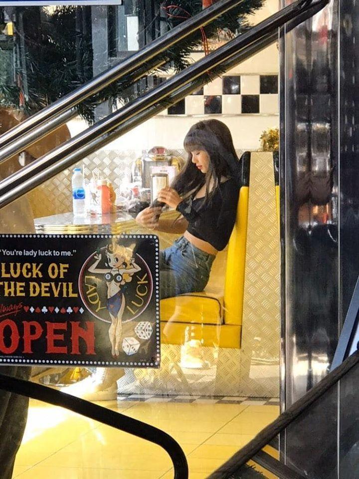 Lisa và những lần ngồi lề đường tại Thái Lan, ai biết ngôi sao Châu Á