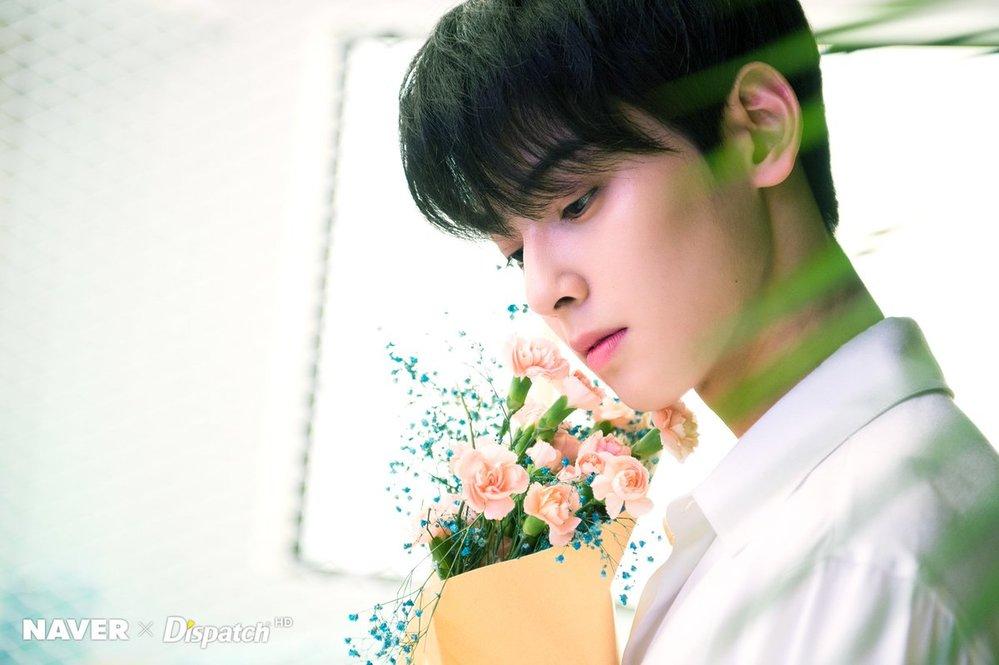 """Trong những bức ảnh chụp concept hoa, Eunwoo khiến netizen phải """"trố mặt"""" kinh ngạc bởi visual của anh thậm chí còn tỏa sáng hơn những đóa hoa. Gương mặt góc cạnh, làn da trắng không tì vết, Eunwoo luôn lọt top visual nam của Kpop."""