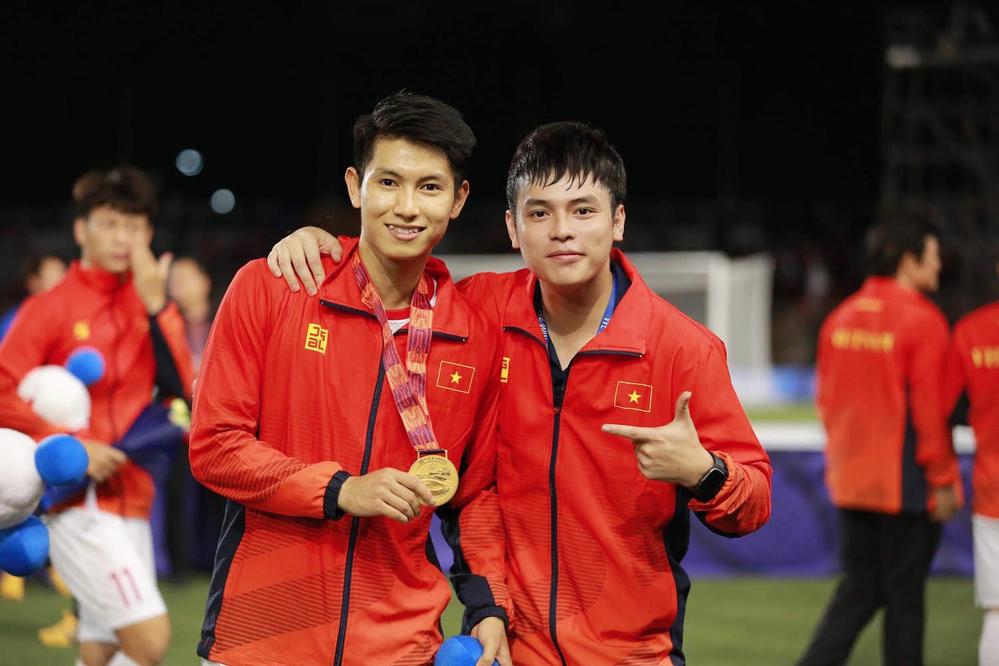 Anh Thắng cũng không kém cạnh khi đứng cạnh visual của U23 Trọng Hùng