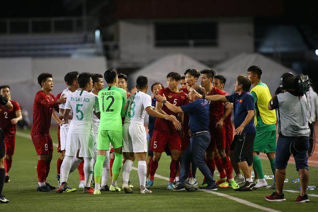 Thầy Park nổi nóng khi Tiến Linh bị chơi xấu, cả đội vây quanh bảo vệ
