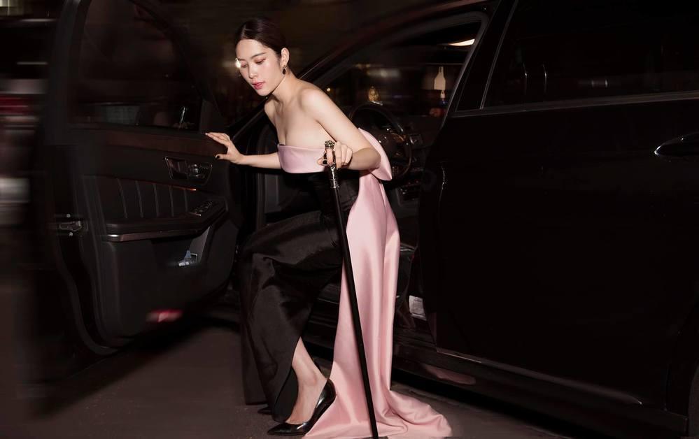 Người đẹp đi xe tiền tỷ, cẩn thận bước xuống ô tô vì chiếc đầm ôm không co dãn.
