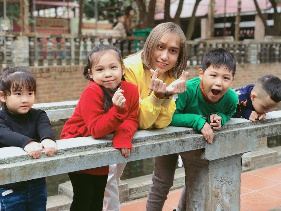 Nam ca sĩ bên cạnh những đứa trẻ vào mùng 3.