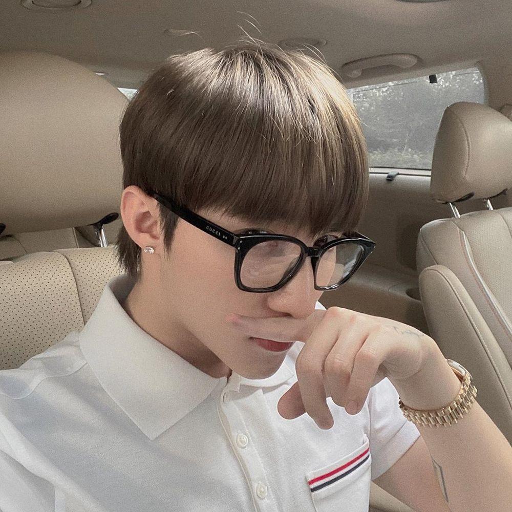 Mái tóc mới của giọng ca Âm thầm bên em khi đeo mắt kính được so sánh với Nobita.