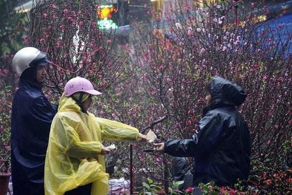 Hôm nay (30 Tết) ai ra ngoài sắm tết nhớ chuẩn bị thêm áo mưa nữa nhé!