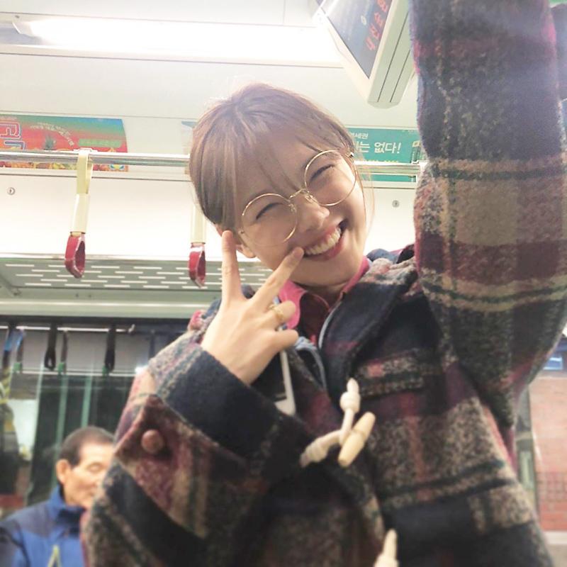 Kim Yoo Jung cũng đăng tải ảnh tương tự trước đó 1 ngày và tin đồn hẹn hò của cặp đôi xuất hiện.