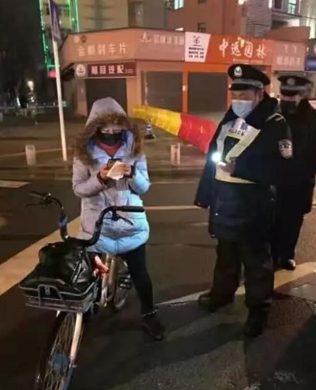 Gan RuYi đã đạp xe 300km để quay trở lại thành phố làm việc. (Ảnh: Weibo)