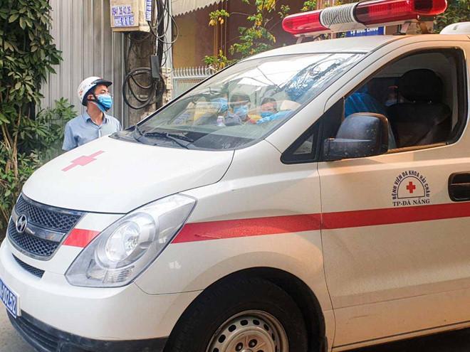 Xe cấp cứu đưa người cách ly đến khu vực cách ly tập trung (Ảnh: Công lý)