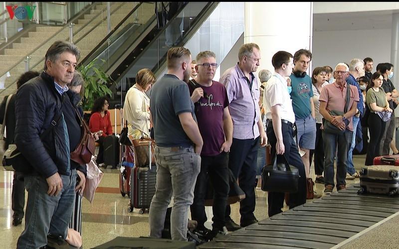 Nhập cảnh vào Việt Nam, nhiều du khách vẫn thờ ơ, nói không với việc đeo khẩu trang (Ảnh: VOV)
