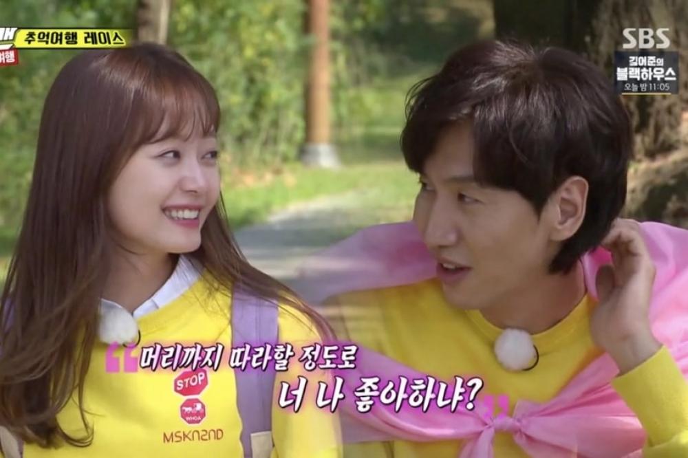 """Lee Kwang Soo có """"hànhđộng lạ"""" với Jeon Somin. (Ảnh: Chụp màn hình)"""