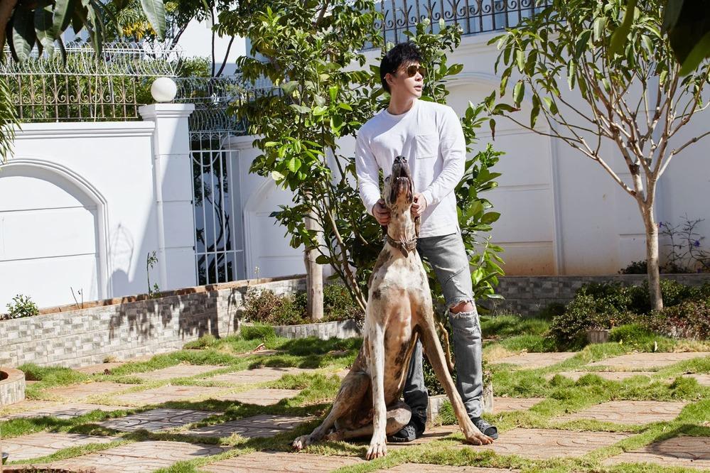 Nathan Lee chơi đùa cùng chú chó thuộcthuộc giống Great Dane trong căn biệt thự 600 tỉ ở Vũng Tàu (Ảnh: FBNV) - Tin sao Viet - Tin tuc sao Viet - Scandal sao Viet - Tin tuc cua Sao - Tin cua Sao